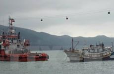Quảng Bình: Lai dắt tàu cá bị chìm ở cửa biển Nhật Lệ