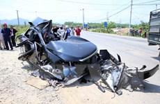 Xe khách phóng ẩu, đâm nát xe con làm 7 người thương vong