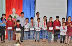 Tuổi trẻ TTXVN và Thành đoàn Lào Cai tiếp sức cho học sinh nghèo