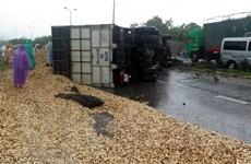 Xe tải bị lật gây tắc nghẽn Quốc lộ 1A đoạn qua Quảng Nam