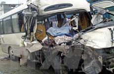 Xe ôtô chở khách lao vào quán ăn làm 4 thực khách bị thương