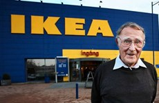 Tỷ phú tập đoàn IKEA tranh thủ cắt tóc khi công tác nước ngoài
