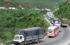 Lật xe tải gây ách tắc giao thông hàng giờ tại khu vực Đèo Cả