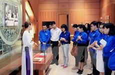 Thanh niên tìm hiểu công tác tuyên truyền bầu cử Quốc hội