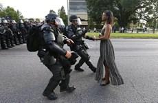 Xôn xao bức ảnh người phụ nữ da màu trước đám đông cảnh sát Mỹ