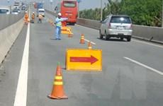 Cỏ mọc cao trên đường cao tốc vì chưa có hành lang pháp lý
