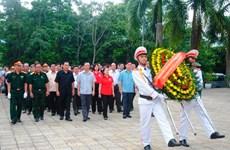 Dâng hương tưởng niệm các liệt sỹ tại Nghĩa trang Quốc gia Vị Xuyên