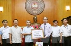 TTXVN trao tiền ủng hộ đồng bào bị lũ lụt ở các tỉnh miền Trung