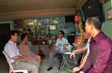 Sứ quán Việt Nam ở Campuchia chúc tết, tặng quà gia đình chính sách