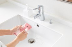 Kinh ngạc chiếc điện thoại có thể chà xà phòng, rửa dưới vòi nước