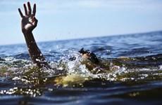 Rủ nhau ra hồ thủy lợi chơi, hai em nhỏ bị lật xuồng đuối nước
