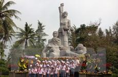 Kéo đàn violon, đặt hoa hồng tưởng niệm 49 năm vụ thảm sát Sơn Mỹ