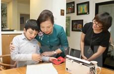 Món quà Phu nhân Thủ tướng Singapore tặng cậu bé tự kỷ Việt Nam
