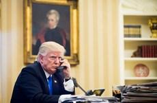 Ông Donald Trump cuối cùng đã phải chấp nhận sử dụng iPhone