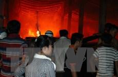 Cháy xưởng gỗ trong đêm, thiêu rụi hàng trăm m2 nhà xưởng