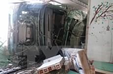 Xe container chở alumin bị lật, đè sập phần trước của 3 căn nhà