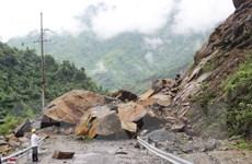 Sạt lở gần 700 khối đất, đá trên quốc lộ 4H, giao thông tắc nghẽn