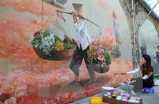 Sắp hoàn thiện bức bích họa ký ức về Hà Nội xưa trên phố Phùng Hưng