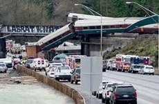 Tai nạn kinh hoàng ở Mỹ: Tàu trật bánh lao xuống đường cao tốc
