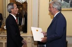 Đại sứ Việt Nam Đặng Xuân Dũng trình Quốc thư tại Uruguay
