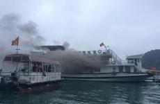 Tàu du lịch chở 31 khách Trung Quốc va chạm với sà lan ở Hạ Long