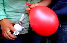 Nam thanh niên bị ngộ độc khí ôxít nitơ do lạm dụng hít bóng cười