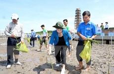 Hình ảnh Chủ tịch Quốc hội trồng cây và tặng sữa cho học sinh Cà Mau
