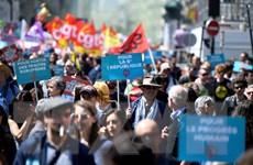 Hàng nghìn người tuần hành phản đối Tổng thống Pháp tại thủ đô Paris