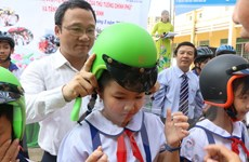 Ủy ban An toàn giao thông phát động và tặng mũ bảo hiểm cho trẻ em