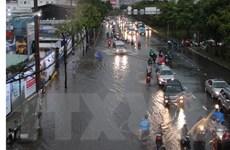 Nhiều tuyến đường ở TP.HCM tiếp tục tê liệt do ngập trong cơn mưa lớn