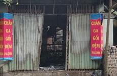 Khám nghiệm hiện trường vụ cháy nhà dưới chân cầu Vĩnh Tuy