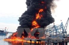 Tàu cá vỏ thép bốc cháy dữ dội tại cảng Kỳ Hà-Quảng Nam