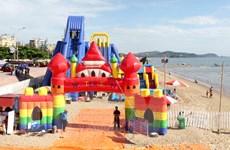 Nghệ An mở cửa công viên nước bằng phao khổng lồ trên bãi biển Cửa Lò