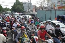 TP.HCM: Đổ xe chở bùn, khu vực cầu Kênh Tẻ ùn tắc nặng