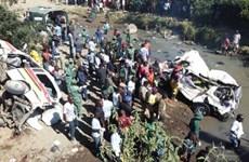 Xe container đâm xe khách làm 20 người thiệt mạng tại chỗ