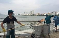 Lấy mẫu nước để xác định nguyên nhân cá chết nổi tại hồ Tây