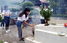 Thanh niên kiều bào đến dâng hương tại Khu di tích Ngã ba Đồng Lộc