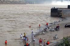 Trẻ con, người già vô tư tắm sông Đà bất chấp thủy điện Hòa Bình xả lũ