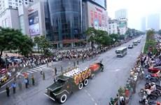 Người dân xúc động tiễn đưa Chủ tịch nước Trần Đại Quang