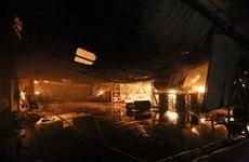 Cháy xưởng gỗ trong đêm tại Đồng Nai, nhiều nhà xưởng bị lửa thiêu rụi