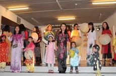 Trình diễn áo dài trong Ngày hội gia đình Việt Nam tại Bỉ