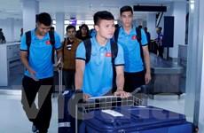 Hình ảnh người hâm mộ đón đội tuyển Việt Nam tới Vientiane