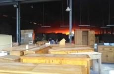 Cháy lớn tại xưởng chứa gỗ, công nhân hốt hoảng tháo chạy