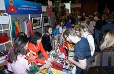 Giới thiệu vải tơ tằm Việt Nam tại Hội chợ Giáng sinh quốc tế ở CH Séc