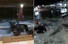 [Video] Người dân hoảng loạn khi sóng thần ập vào bờ ở Indonesia
