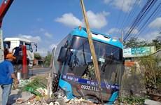 Xe khách mất lái, đâm lọt lề đường trên Quốc lộ 1A qua Sóc Trăng