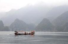 Tìm kiếm hai người mất tích do lật thuyền ở lòng hồ thủy điện Sơn La