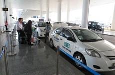 """Xử lý 12 đối tượng chèo kéo khách đi taxi """"dù"""" ở sân bay Nội Bài"""