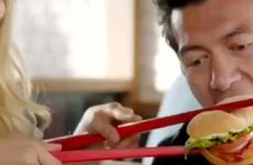 """Burger King phải gỡ quảng cáo ăn bánh bằng đũa """"xúc phạm châu Á"""""""
