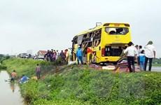Xe khách lao xuống ruộng lúa, hành khách hoảng loạn